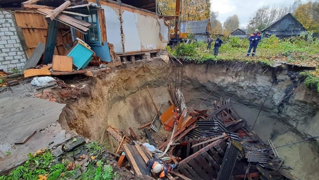 VIDEO, FOTOS: Una casa se hunde bajo tierra en una aldea rusa y una mujer resulta enterrada viva
