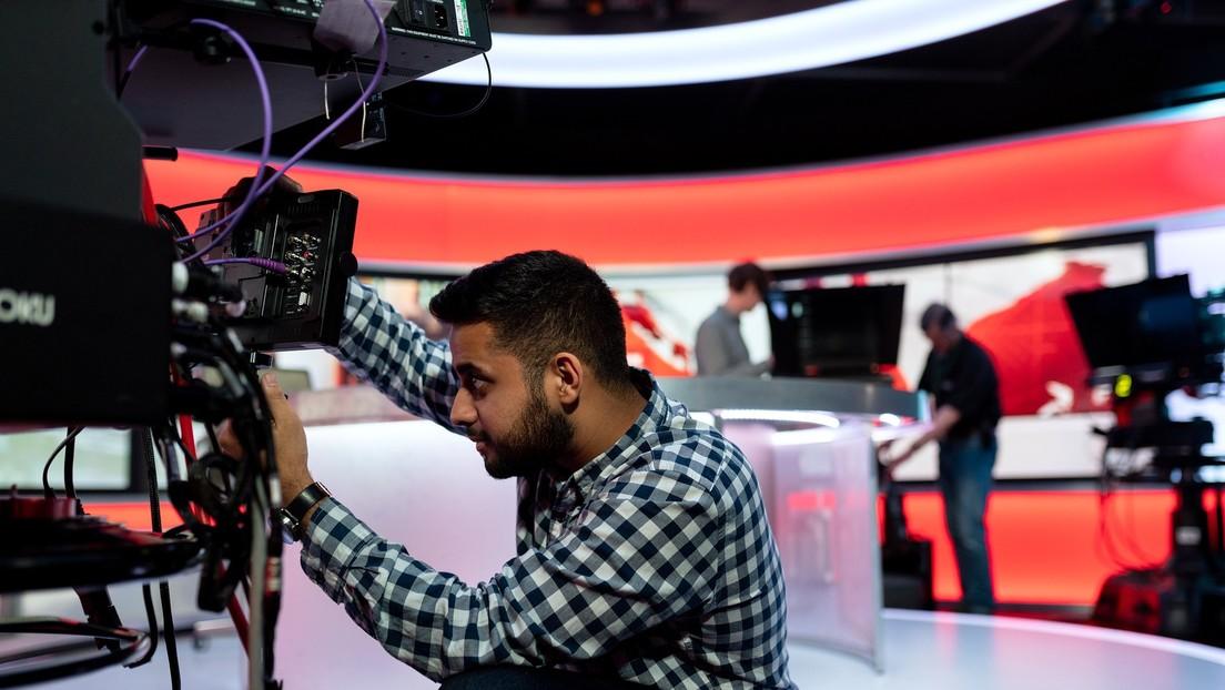 Presentadora de televisión británica sale al aire 'sin piernas' (VIDEO)