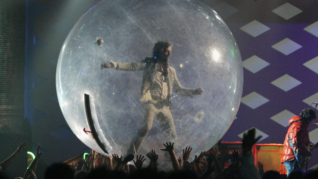 La banda de rock The Flaming Lips usa burbujas gigantes para imponer el distanciamiento social en un concierto