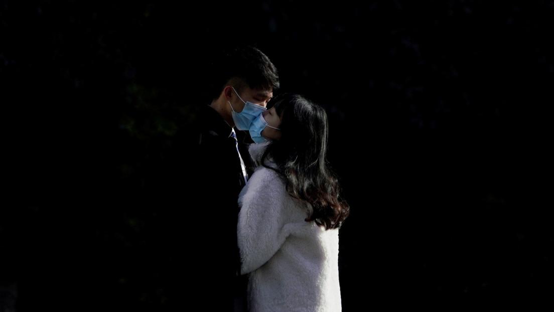 Multan a una pareja por besarse en la calle sin cubrebocas