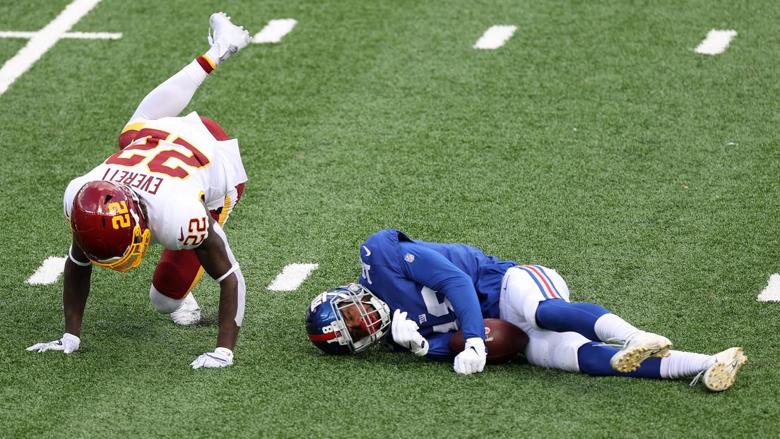 VIDEO: Un jugador de la NFL se lesiona el cuello al impactar contra un rival en una lucha por el balón