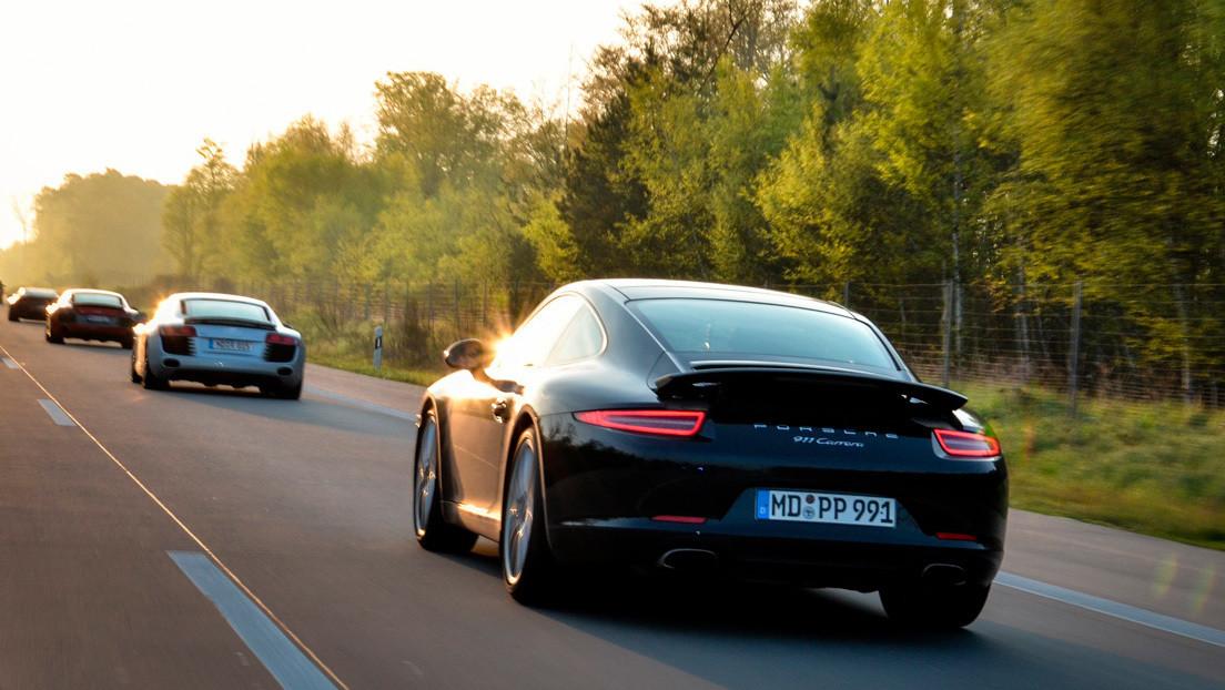 VIDEOS: Tres Porsches compiten en una transitada carretera y uno de ellos choca contra otros vehículos y atropella a un ciclista