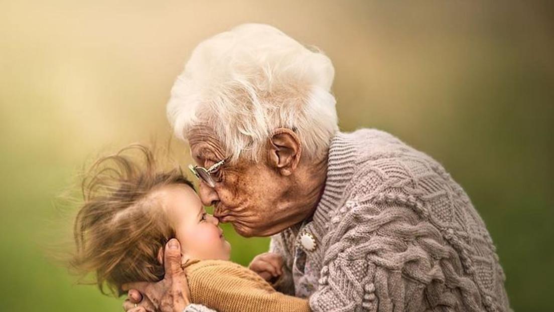 """""""Siempre pensamos que los padres son invencibles"""": fotógrafa inmortaliza a nietos con sus abuelos por un triste motivo (IMÁGENES)"""