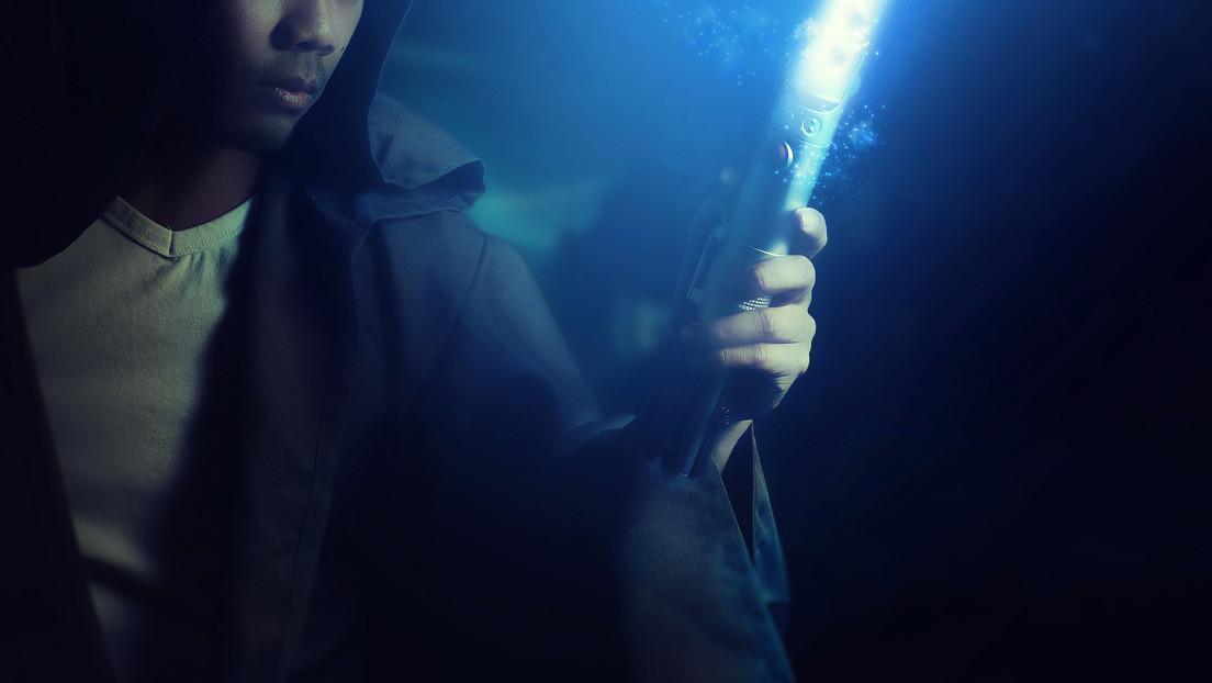 VIDEO: Crean un sable rectráctil de luz al estilo de 'Star Wars' que corta el acero