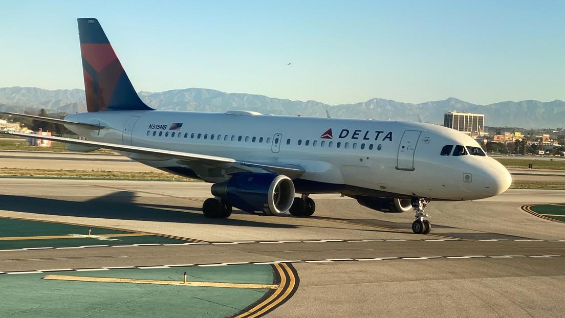 VIDEO: Pasajera de avión se niega a usar mascarilla y abofetea a una tripulante