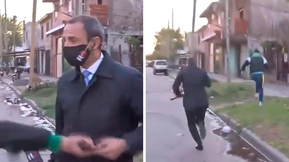 VIDEO: Le roban en vivo el celular a un periodista argentino mientras hacía un informe televisivo