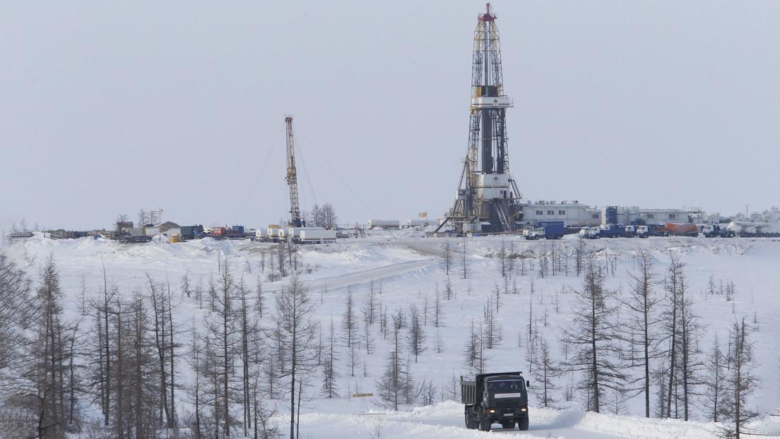 VIDEO: Una avería en una tubería de petróleo provoca una 'fuente negra' de más de 10 metros de altura en Siberia