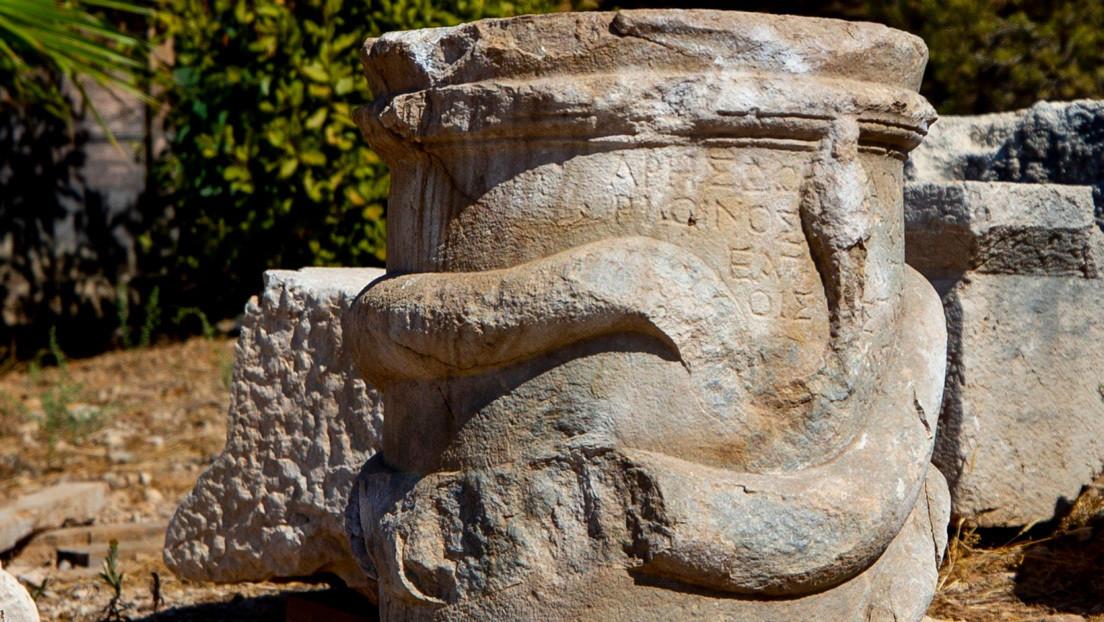 Encuentran en Turquía un altar de 2.000 años al que enrolla una serpiente de piedra