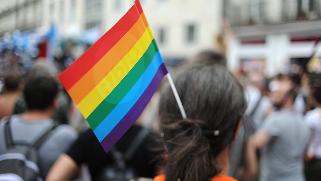 """Un padre viaja 800 kilómetros para amenazar con """"cortar el cuello"""" a su hija luego de saber que es lesbiana"""