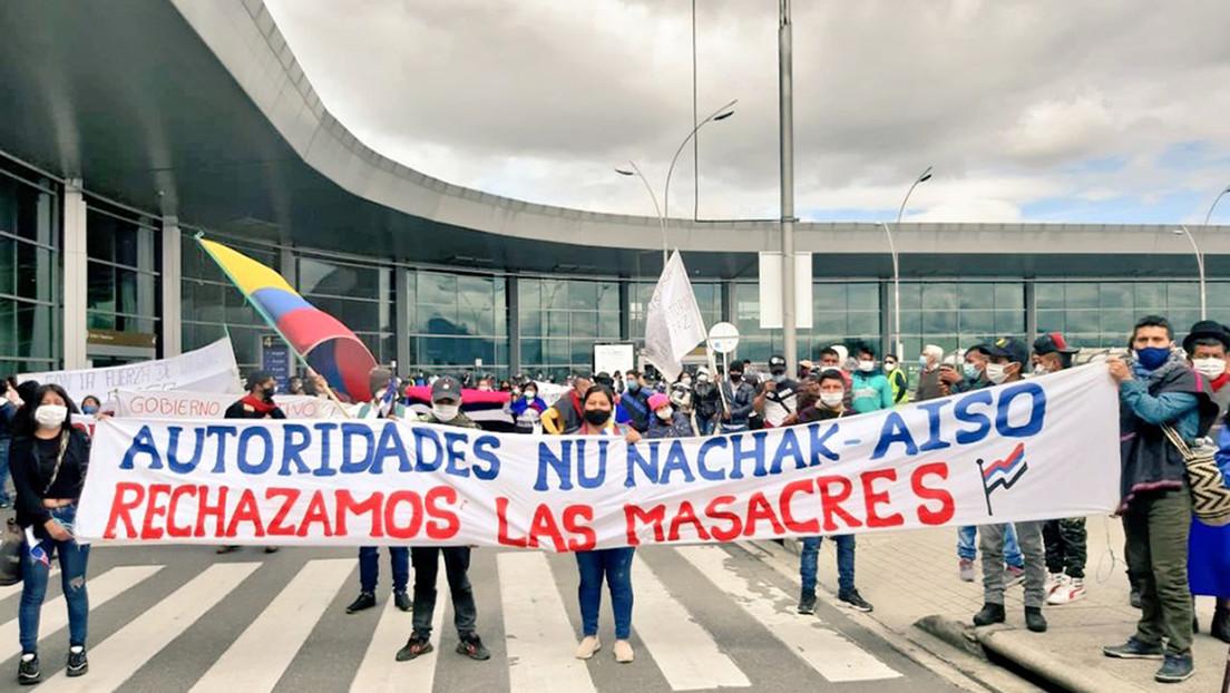 VIDEO: Indígenas colombianos hacen una toma pacífica en el aeropuerto de Bogotá para exigir el cese de los asesinatos en sus territorios