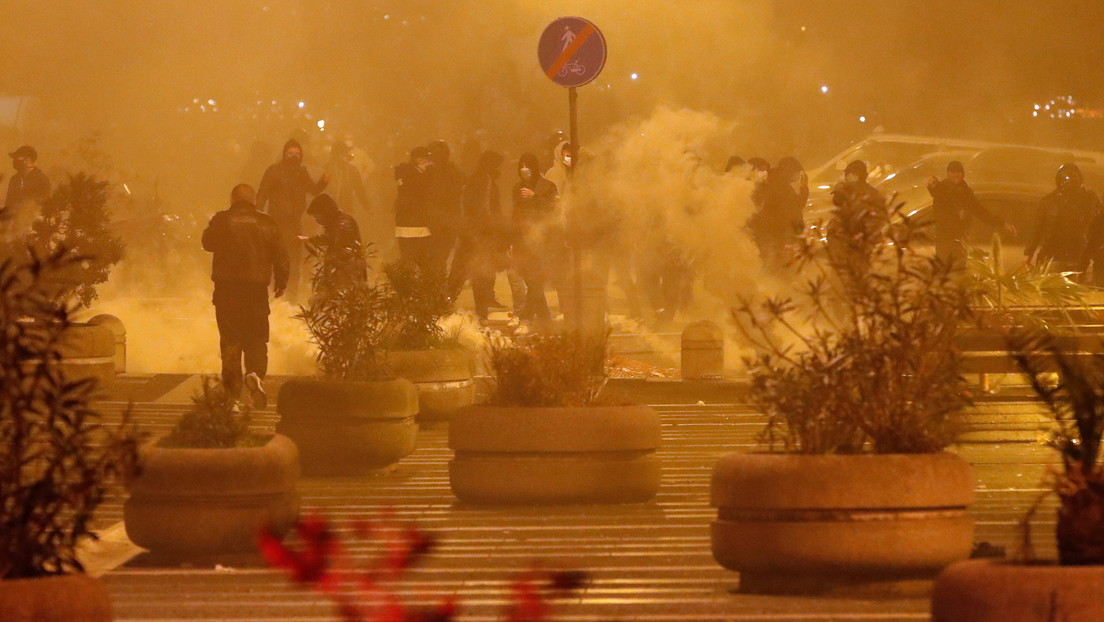 Fuertes disturbios en protestas por la aplicación del toque de queda en Nápoles