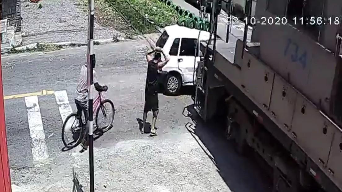 VIDEO: Un coche se avería justo sobre un vía férrea y un tren lo arrolla