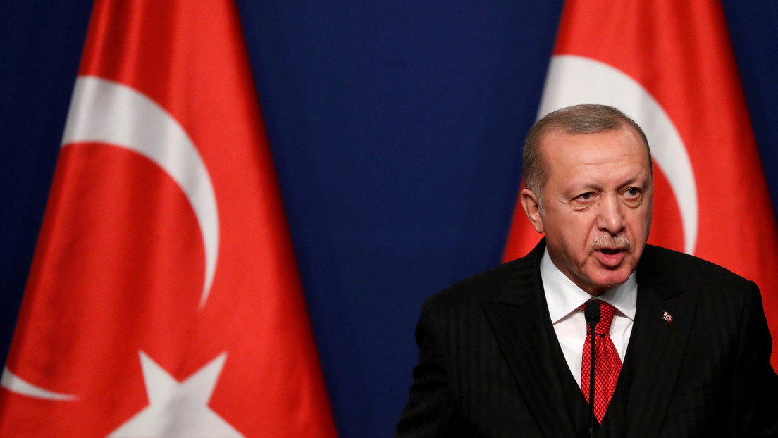 """Erdogan vuelve a insistir en que Macron necesita """"someterse a exámenes mentales"""" porque está """"obsesionado con él día y noche"""""""