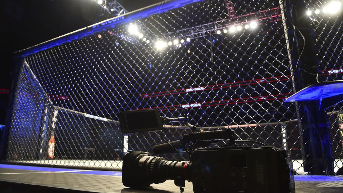 VIDEO: Un luchador de MMA queda noqueado de pie tras un feroz derechazo que lo dejó casi sin vida en la valla