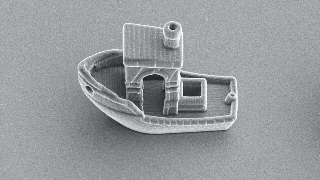 Construyen el barco más pequeño del mundo, que puede caber dentro de un cabello