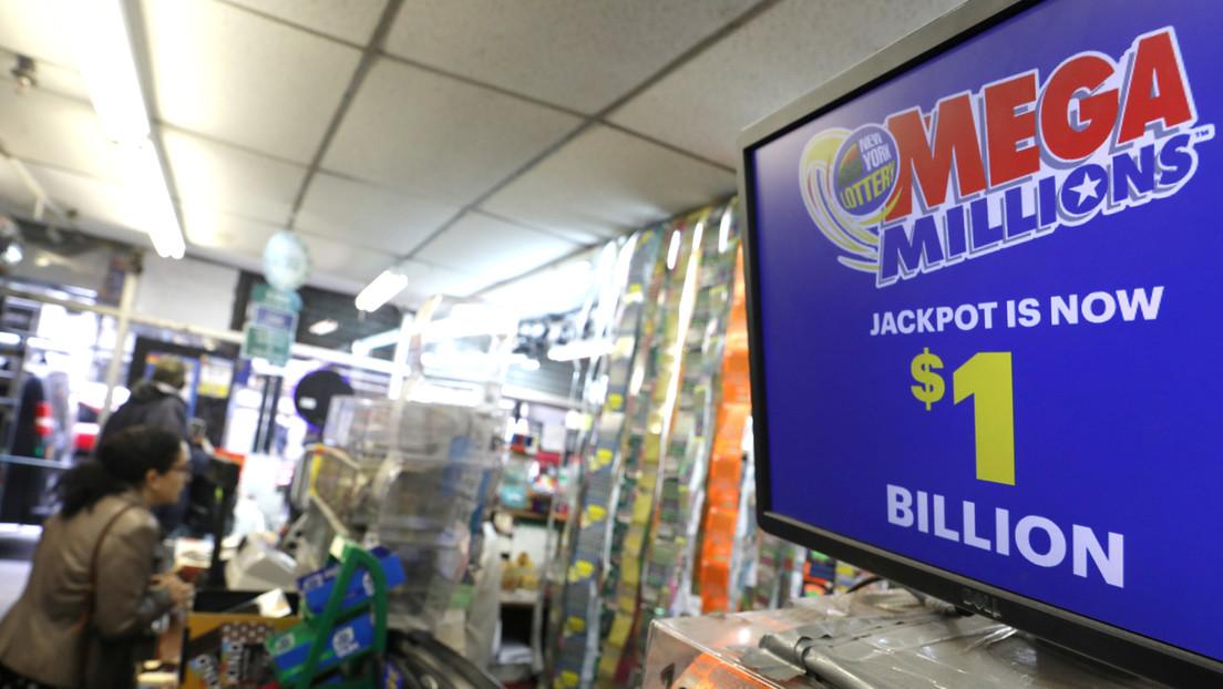 Un hombre compra dos boletos de lotería idénticos por error y se vuelve millonario