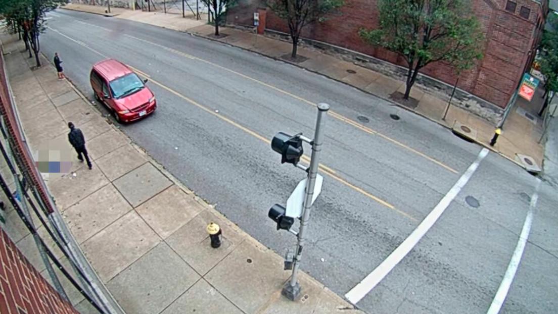 VIDEO: Un hombre roba el celular a una mujer inconsciente tras sufrir un infarto en la calle mientras corría