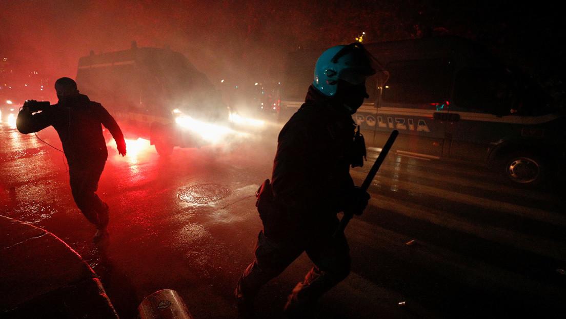 VIDEOS: Policías reprimen con cañones de agua, gases lacrimógenos y bombas de estruendo a manifestantes contra el confinamiento en Italia