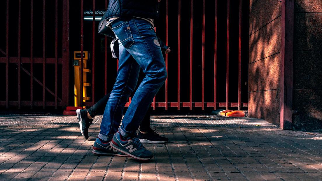 """""""Situación aterradora"""": Un hombre 'es engullido' por un agujero en la acera infestado de enormes ratas (VIDEO)"""