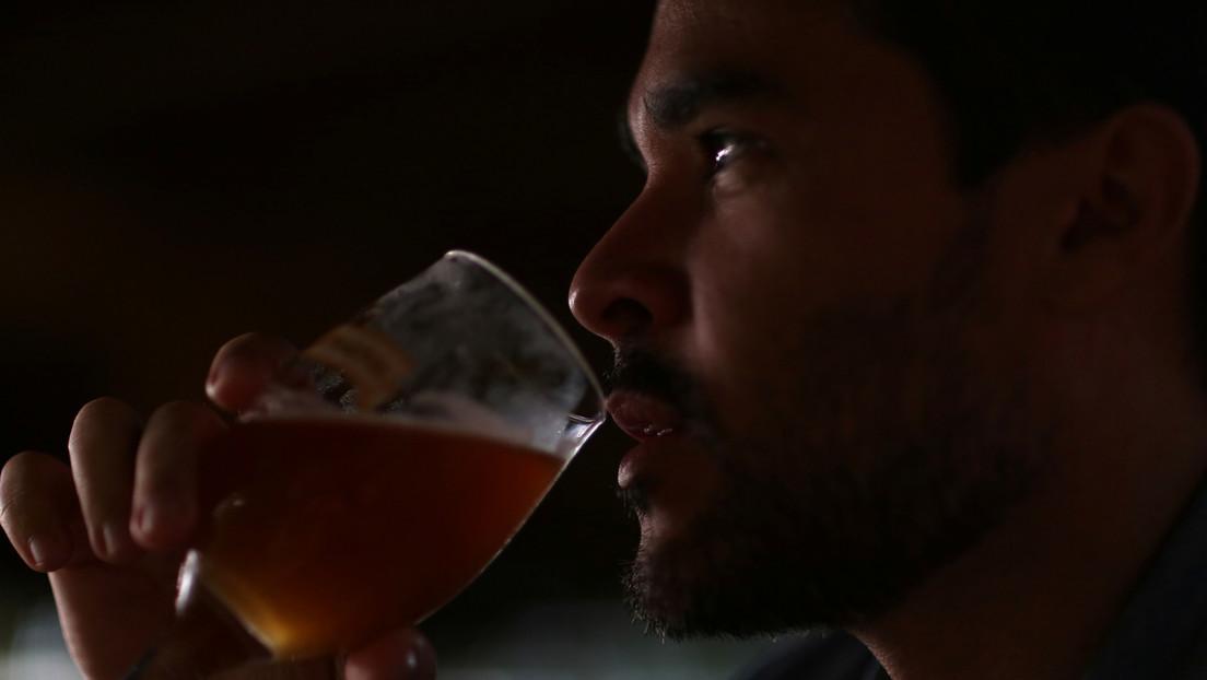 Transmite por Facebook cómo bebe cerveza al volante, minutos antes de chocar contra otro vehículo (VIDEO)
