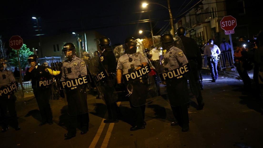 """La Policía de Filadelfia descubre una camioneta """"cargada con explosivos"""" mientras continúan los disturbios por tercera noche consecutiva"""