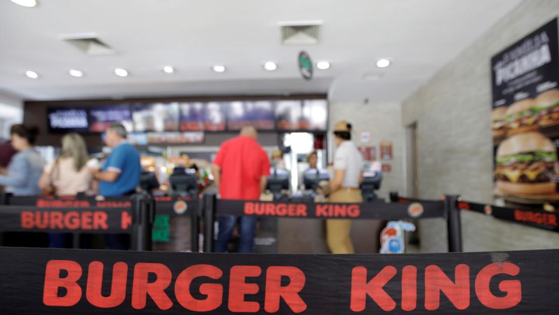 A puñetazos y martillazos: estalla una multitudinaria pelea al interior de un Burger King que deja a los comensales en 'shock' (VIDEO)