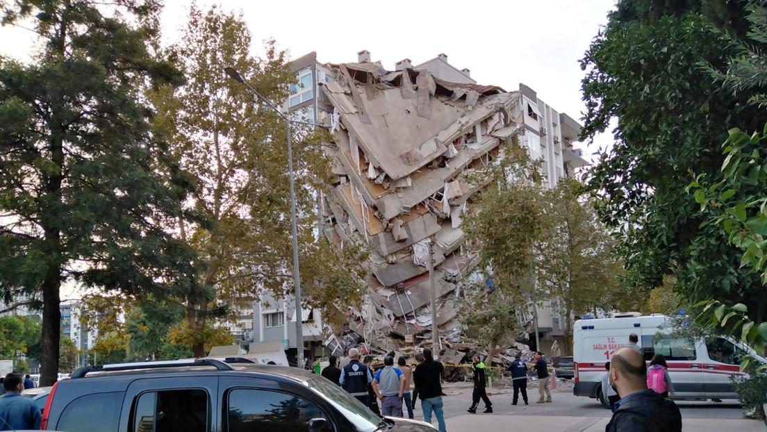 VIDEO: Captan el momento en que un edificio residencial se derrumba en Turquía tras el terremoto en el mar Egeo