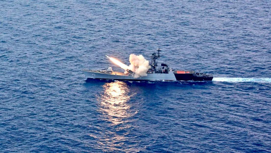 """VIDEO: India destruye un viejo dragaminas con un misil antibuque lanzado """"al máximo alcance"""""""