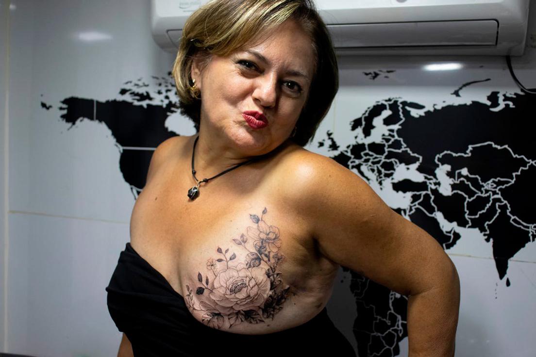 """""""Cubrir cicatrices y aumentar la autoestima"""": Una madre y su hijo viajan en un estudio móvil para tatuar a mujeres que tuvieron cáncer de mama (VIDEO)   Noticias de Buenaventura, Colombia y el Mundo"""