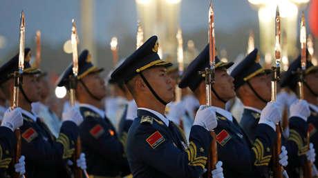 """China insta a las naciones asiáticas a unirse contra """"la mentalidad anticuada de Guerra Fría"""" de EE.UU."""