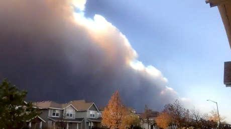 VIDEO: Un dron capta una gigantesca pared de humo durante el mayor incendio forestal en la historia de Colorado