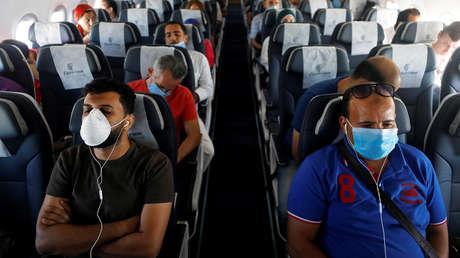 """Un experto critica el optimismo sobre la seguridad de viajar en avión durante la pandemia afirmando que se basa en """"malas matemáticas"""""""