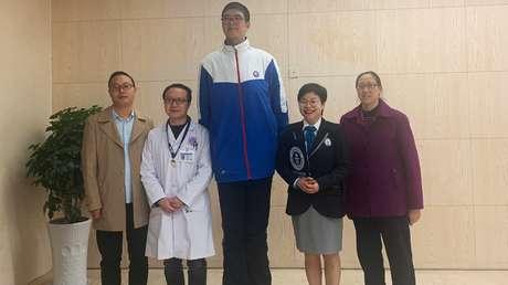 Estudiante chino de 14 años busca lograr un récord Guinness por sus 221 cm de estatura