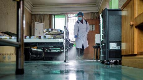 FOTOS: El médico chino cuya piel se oscureció debido al tratamiento del covid-19 reaparece por primera vez en público