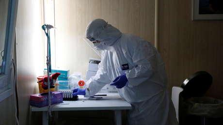 Científicos encuentran en algunos pacientes con covid-19 anticuerpos que los atacan a ellos y no al virus