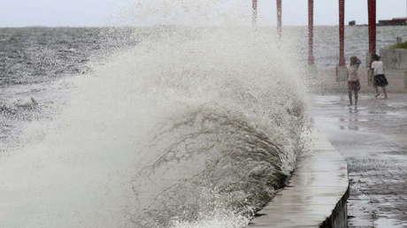 """La tormenta tropical """"más fuerte de la Tierra"""" se convierte en tifón y avanza hacia Filipinas"""