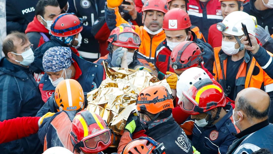 Rescatan a una niña de 3 años que pasó 65 horas atrapada bajo los escombros después del terremoto de magnitud 6,6 en Turquía
