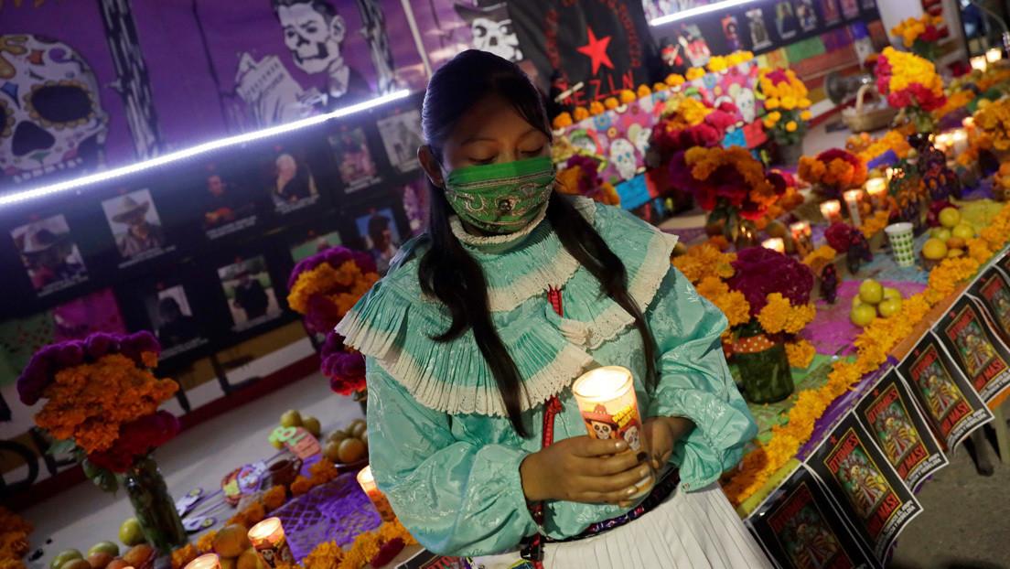 México celebra el tradicional Día de Muertos con cementerios cerrados por la pandemia de covid-19