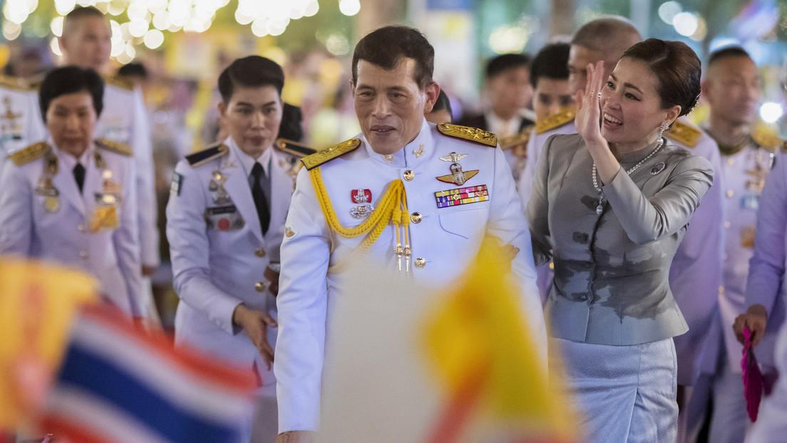 """""""Los amamos igualmente"""": rey tailandés se expresa sobre manifestantes que exigen reformas de la monarquía, en su primera entrevista en 40 años"""