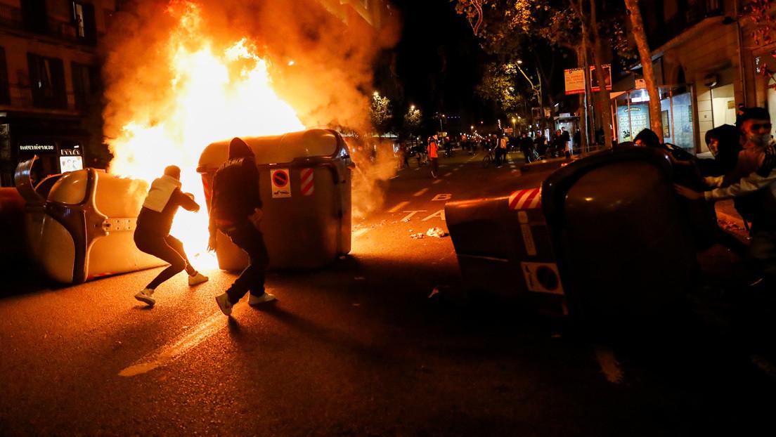 VIDEO: Un pianista callejero toca con tranquilidad en Barcelona con disturbios y llamas a su espalda