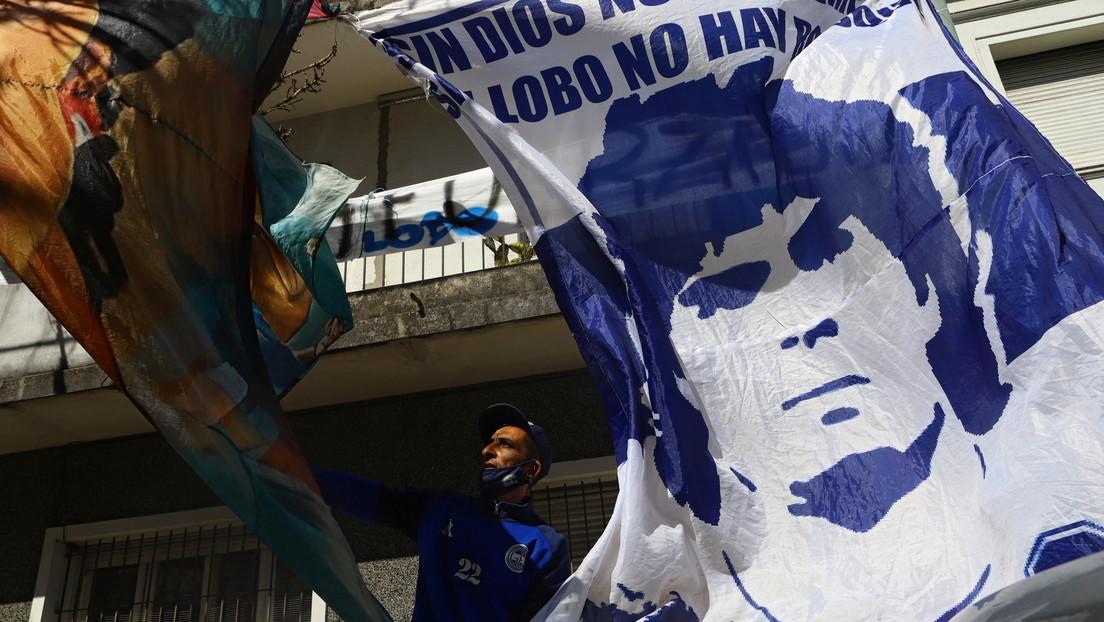 Cientos de fans acompañan y alientan a Maradona en el traslado a la clínica donde será operado
