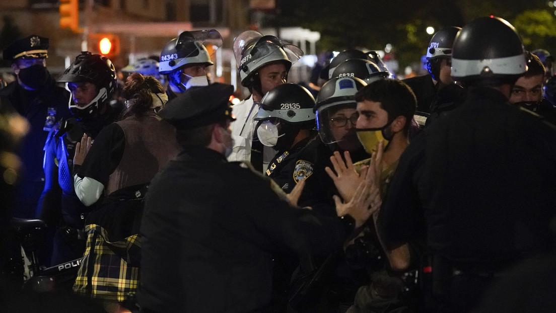 """VIDEO: Mujer escupe a la cara de un policía, lo llama """"fascista"""" y es arrestada en medio de protestas tras la jornada electoral en Nueva York"""