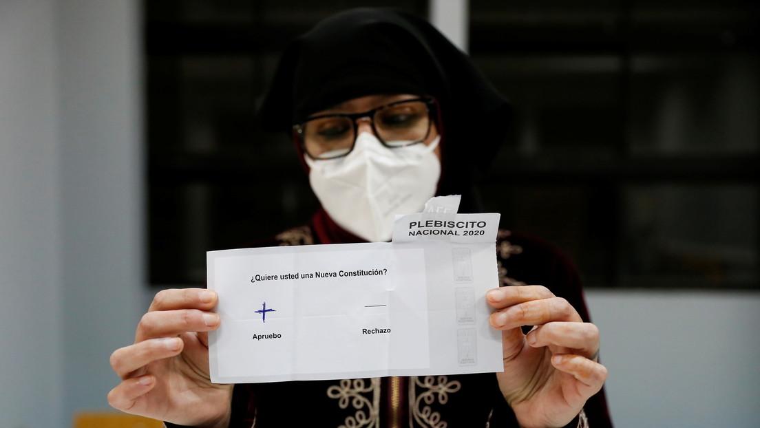 Independientes y expertos constitucionales: Un sondeo revela el perfil que prefieren los chilenos para que redacten la nueva Constitución