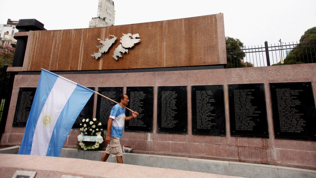 """""""No hay lugar para el colonialismo en el siglo XXI"""": Argentina conmemora los 200 años del primer izamiento de su bandera en las Islas Malvinas"""