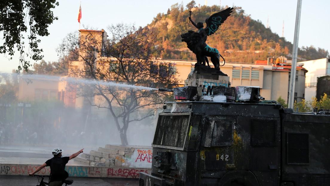 """Carabineros reprimen una protesta en Santiago de Chile que exige liberar a los """"presos políticos"""" del estallido social"""
