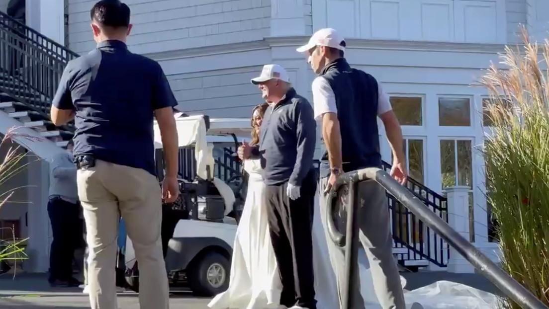 VIDEO: Trump se toma una foto con recién casados tras un partido de golf mientras Biden celebra la victoria en las presidenciales