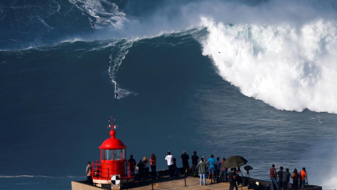 VIDEO: Dos surfistas protagonizan un aparatoso accidente al chocar mientras montan una gigantesca ola