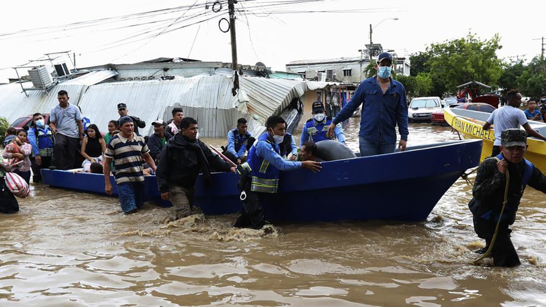 Buscan víctimas de deslizamientos de tierra tras el paso de la tormenta Eta en Guatemala y estiman que alrededor de 100 personas siguen enterradas