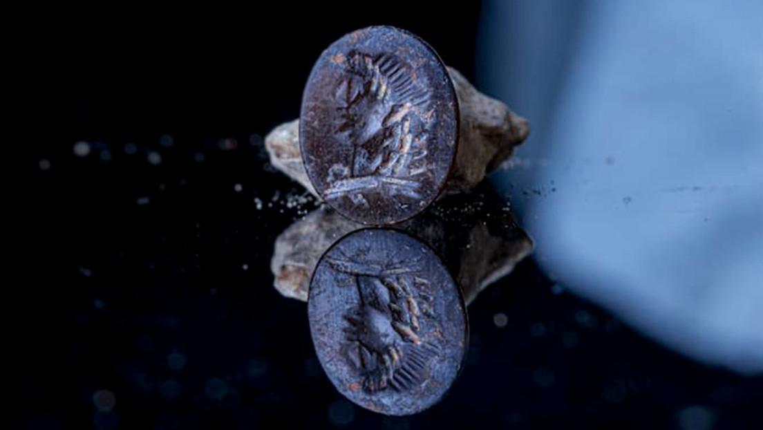 FOTO: Hallan un sello de 2.000 años con la imagen del dios griego Apolo en Jerusalén