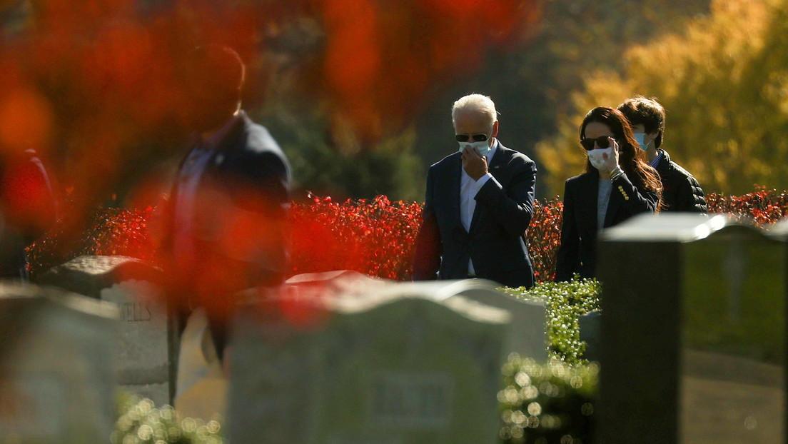 El día después de los resultados: Biden va a misa y visita las tumbas de sus familiares, mientras que Trump juega al golf (FOTOS)
